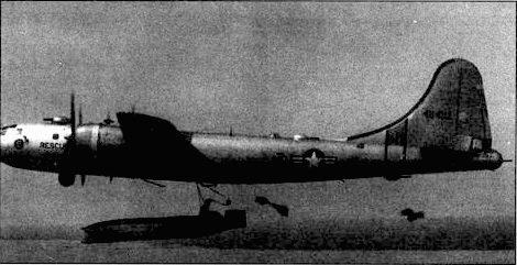 SB-29 сбрасывает спасательную лодку EDO А-3 в воды Мексиканского залива во время учений 1952 года. Чтобы можно было подвесить лодку, обтекатель радара APQ-13 сдвинули вперед на место передней нижней турели.