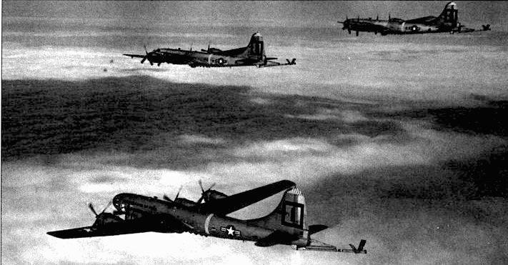 Несколько KB-29Р из 91-й эскадрильи над Желтым морем, 1954 год. В середине 50-х годов самолеты КВ-29Р использовались для заправки самолетов В-47, B/RB-45 и F-84G.