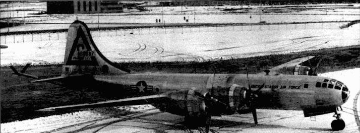 KB-29Р из 509-й эскадрильи на заснеженном аэродроме «Лейкенхит», 1954 год. KB-29Р брал более 12000 галлонов топлива JP-4 для реактивных самолетов.