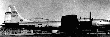WВ-29 из 388-й эскадрильи метеоразведки, база Кадена, 1952 год. Самолеты WB-29, известные как «ловцы ураганов», использовались для изучения тайфунов и ураганов по всему миру. Этот WВ-29 сохранил пулеметы в хвостовой установке со времен войны в Юго-Восточной Азии.