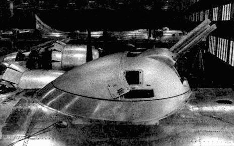 Каплевидная турель появилась на поздних В-29 и сохранилась на В-50. Перед турелью виден открытый люк системы дозаправки.