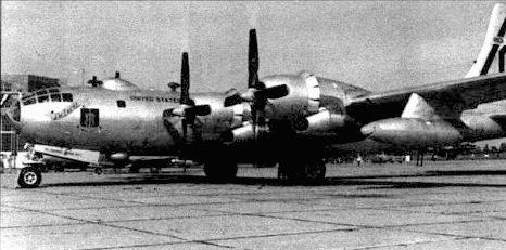 B-50D, 97-е крыло, база Биггс, Техас. B-50D имели новую форму остекления носа фюзеляжа. На носовой части подвесного бака изображена акулья пасть.