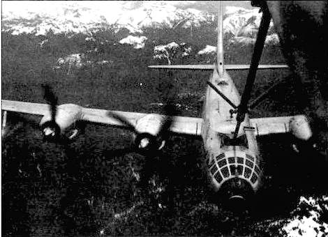 B-50D заправляется в воздухе. Передняя верхняя турель развернута вбок, чтобы крышка входного патрубка могла открыться.