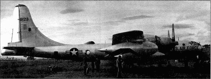 KB-50J с тремя заправочными бензопроводами. Один установлен в хвостовой части фюзеляжа, два других на концах крыльев. KB- 50J появились на вооружении командования тактической авиации в 1958 году.