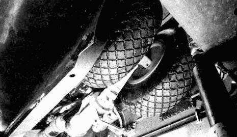 Носовая стойка шасси в выпущенном и убранном положениях.