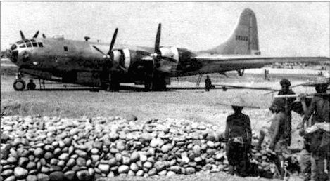 Китайские рабочие на строительстве базы в Куэнлай, Китай. На заднем плане механики обслуживают В-29-10 «Princess Eileen» из 462-й бомбардировочной группы.