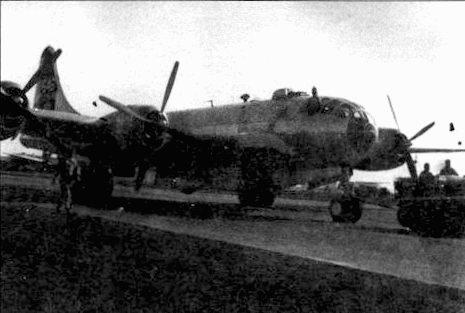 В-29 из 468-й группы откатывается на стоянку тягачом, Кхарагпур, Индия. Начиная с серии В-29-5 самолеты уже не окрашивали. Рисунок на носу фюзеляжа еще не окончен.