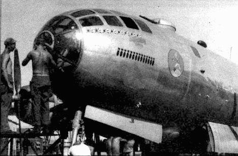 Механики работают у носа В-29 из 677-й группы, Кхарагпур, 1945 год. В-29 действовали с баз в Индии и Китае с марта 1944 по март 1945 года. Позднее XX корпус перебросили на Марианские острова.