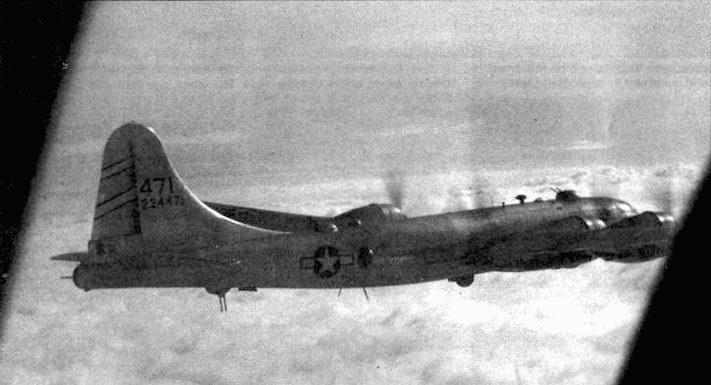 Вид через окно с кресла пилота. Снимок сделан на борту В-29 из 468-й бомбардировочной группы, Аньшань. Манчжурия, 8 сентября 1944 года. Под фюзеляжем виден обтекатель антенны радара APQ-13.