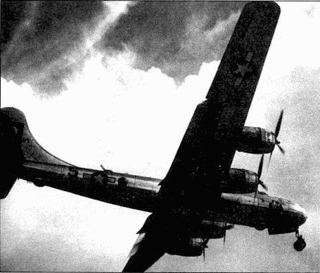 В-29A «City of Little-Rock» из 39-й группы возвращается на аэродром Норт-Филд, Гуам, с ночного налета на Сакай, Япония, 10 июля 1945 года.