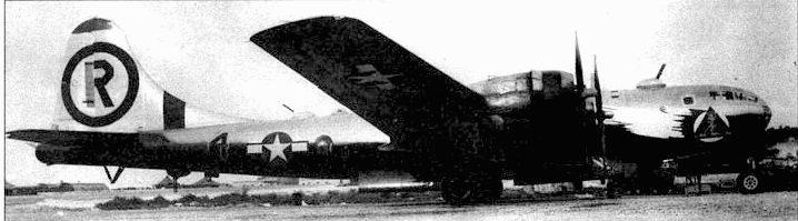 В-29 «Еl Pajaro De La Guera» («птица войны») из 6-й бомбардировочной группы, весна 1945 года. Нижняя сторона самолета выкрашена блестящей черной краской. Черная полоса на хвосте указывает на машину командира 6-й группы.