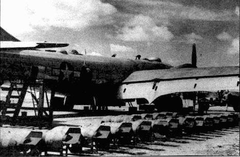 500-фунтовые фугасные бомбы перед погрузкой па В-29 из 468-й группы, Пеншань, Китай. В-29 мог брать на внутреннюю подвеску до 10000 фунтов бомб.
