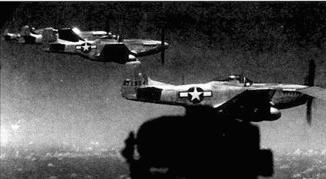 Истребители «Р-51 Мустанг» с Иводзимы сопровождают В-29. Из всех американских истребителей лишь «Мустанги» и «Лайтнинги», оснащенные подвесными топливными баками, могли сопровождать стратегические бомбардировщики в дальние вылеты.