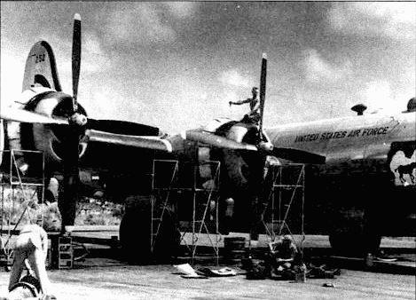 Идет регулировка двигателя R-5350 на В-29 «Mule Train» из 22-й группы, Кадена. 22-я группа перебазировалась в Кадену в июле 1950 года, вместе с тремя другими группами, направленными для службы в Корее
