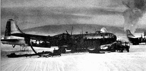 Несколько В-29, приспособленных для условий суровой зимы, B-29F, на заснеженном аэродроме базы Ладд, Аляска, I945 год.