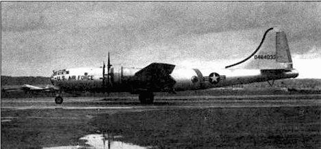 Один из В-29, переделанных в летающий командный пункт и обозначенный как YB-29. Этот YB-29D украшен изображением Млечного пути, лентой проходящим через створки носового люка и заднюю часть фюзеляжа. Ноль в начале серийного номера показывает. что самолет находится на службе уже более 10 лет.