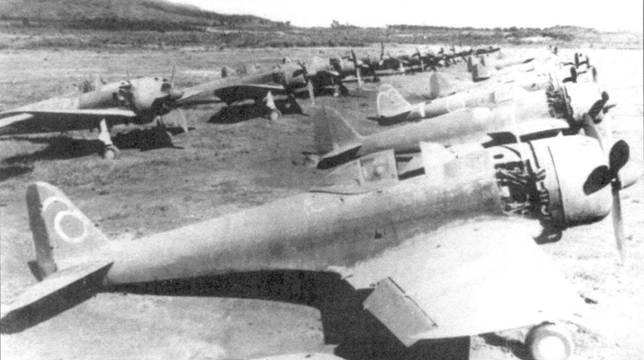 Истребители Ки-43-IlI-Ko 65-го сентая, сфотографированные 12 октября 1945 годи.
