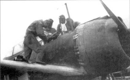 Техники обслуживают пулеметы перед вылетом Ки-43-III-Ko.