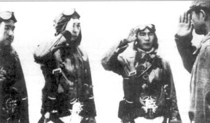 Ведущие асы 64-го сентая готовятся к вылету, Чанг-Май, апрель 1942 года. Слева направо: лейтенант Сёго Такеучи, лейтенант Сюндзи Такахаси, старший сержант Йосито Я суда, командир 3-го чутая, капитан Кацу ми Анма.