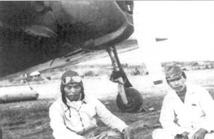 Лейтенант Йохеи Хиноки (слева)— один из асов 64-го сентая — сидит возле своего Ки-43-1-Хей, Бирма, 1942 год. 10 апреля 1942 года Хиноки был ранен в бою с самолетами из 1st AVG.