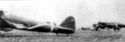 Ки-43-1-Хей из 64-го сентая на аэродроме в Бирме. Справа виден трофейный «Харрикейн» Mk IIB/Trop., весна 1942 года.