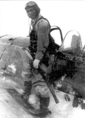 Командир 3-го чута я 64-го сентая, лейтенант Йохеи Хиноки позирует у кабины своего Ки-43-II-Ko, Бирма, осень 1943 года.