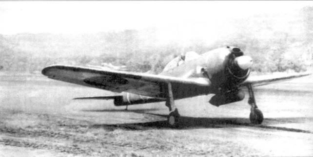 Ки-43-II-Ко, 59-й сентай. Машина принадлежала одному из лучших японских асов, сражавшихся в Новой Гвинее, капитану Сигео Нанго (15 побед). Нанго выруливает на взлет, аэродром Восточный Бут, ноябрь 1943г ода. Нанго погиб, когда его «Хаябуса» был сбит 23 января 1944 года в бою над Веваком с Р-38 из 432 FS 475 FG. Сбили Нанго капитан Джон Лойзел или его ведомый, лейтенант Перри Дал.