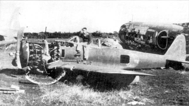 Разбитый Ки-43-II на одном из аэродромов. Снимок сделан после войны. Справа виден разбитый транспортный самолет L2D3 «Тэбби» (DC-3, выпускавшийся в Японии по лицензии).