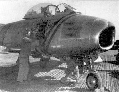 Обслуживание пулеметов на истребителе F-86E из 25-й эскадрильи. Судя по количеству победных звездочек на борту фюзеляжа «Сейбра» пулеметы этой машины работали великолепно.