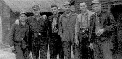 Летчики 25-й истребительной эскадрильи: майор Бернард Брангардт (второй слева), лейтенант Гари Шумэйт (крайний слева), капитан Ивен Кичилои (крайний справа), лейтенант Джо Кэннон (второй справа).
