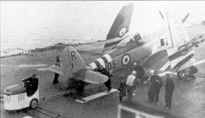 Истребители «Си Фьюри» FB.Mk.ll морской авиации британского флота в Корее использовались для нанесения ударов по наземным целям. На снимке — самолет из состава 802-й эскадрильи на борту авианосца «Оушен». Ранее эскадрилья базировалась на авианосце «Глори», буква «R», соответствующая авиакрылу «Глори» еще не перекрашена. Самолеты «Оушена» несли на вертикальном оперении литеру «О».