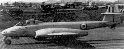 Пайлот-офицер Билл Симмондс из 77-й австралийской эскадрильи сбил в начале мая 1952г. МиГ-15 на этом «Метеоре» F. 8 А 77-643. На снимке — самолет с подвешенными ракетами HVAR выруливает на взлетно-посадочную полосу перед боевым вылетом. «Метеор» А 77-643 был сбит в вылете на штурмовку наземных целей в апреле 1953г. Самолет провоевал в Корее целый год.