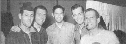 Летчики 335-й эскадрильи, слева направо: Джеймс Горовиц (один МиГ-15), Джеймс Лоу (девять МиГ-15), Эл Смайли, Кой Остин (два МиГ-15), с сигарой во рту Фил Колман (четыре МиГ-15 плюс пять побед во время второй мировой войны).