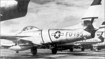 Желтые с черной каймой идентификационные полосы были обычными во всех подразделениях, оснащенных «Сейбрами», однако желтые полосы на вертикальное оперение наносились только в 4-м авиакрыле. На переднем плане — истребитель F-86A-5-NA (48-195), это один из первых «Сейбров», попавших в Корею и один bp последних построенных F-86A.