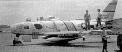 На истребителе F-86E-10-NA (51-2800) «Liza Gal/El Н'шЫо» летал капитан Чарльз Д. Оу энс из 336-й эскадрильи. Снимок сделан на а эродроме Кимпо. Оу энс часто летал на северную сторону Ялу. Ниже фонаря кабины нанесены отметки о девяти победах, но фактически Оу энсу засчитали только два сбитых МиГ- 15 (30 апреля и 7 августа 1952г.).