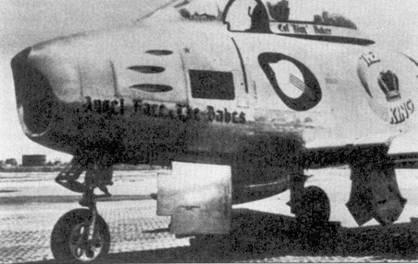 Истребитель F-86E-1D-NA (51-2822) командира 4-й истребительной авиагруппы полковника Ройяла Бэйкера, на этом самолете Бейкер сбил несколько МиГов. Снимок сделан в конце лета 1951г., когда на счету 21-го аса корейской войны значилась всего одна победы в воздушном бою.