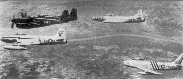 Парадный снимок истребителей дальневосточных ВВС Соединенных Штатов. В одном строю — самолеты четырех типов. Квартет возглавляет «Твин Мустанг» из 68-й всепогодной истребительной эскадрильи, справа от него — F-94B, пришедший на смену «Твин Мустангу». Слева от «Твин Мустанга» держит строй F-8°C из 35-й истребительной эскадрильи, замыкающим идет «Сейбр» F-86А из 4-го истребительного авиакрыла. Истребители всех четырех типов принимали участие в боях с авиацией коммунистов.