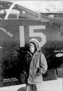 Корея — не Аляска, но там тоже бывают морозы. Морской летчик в зимней куртке позирует на фоне «Скайнайта» из эскадрильи VMГ(N)-513, Куньсан, конец 1952г.