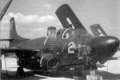 Обычная сцена на аэродроме Кунсан — ремонт радиолокатора истребителя F3D- 2 «Скайнайт». Вооруженная 24 ночными истребителями эскадрилья VMF(N)- 513 прибыла в Корею в январе 1953г. Требовались поистине титанические усилия инженерно-технического состава, чтобы поддерживать самолеты в боеспособном состоянии. В адрес командования корпуса морской пехоты США даже пришлось отправить телеграмму следующего содержания: «Условия базирования в Кунсане и погода создают настоящий ад для работы электросистем реактивных истребителей фирмы Дуглас».