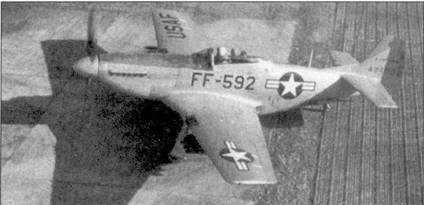 Истребитель P-51D «Мустанг» из 67-й истребительно-бомбардировочной эскадрильи, авиабаза Чиньхо (К-10), август 1950г. Под плоскостями крыла подвешены шесть неуправляемых ракет НVAR — стандартное оружие для борьбы с наземными целями на протяжении всей войны. Эскадрильей командовал майор Луис Дж. Сибилл, посмертно награжденный медалью Почета. Сибилл направил свой подбитый «Мустанг» в скопление северокорейских солдат в районе Хэмчунга.