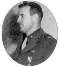 Все неприятные высказывания в адрес «Скайнайтов» были забыты, когда экипаж истребителя F.W-2 в составе майора Джэка Данни и сержанта Лоуренса Фортина сбил 12 января 1953г. над Синьчжу МиГ-15. На снимке — майор Данн после награждения крестом «За военные заслуги».