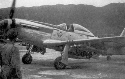 «Мустанг» P-51D из 2-й эскадрильи «Flying Cheetah» ВВС Южной Африки выруливает на взлетно-посадочную полосу перед боевым вылетом на штурмовку наземных целей, 1951г. На борту фюзеляжа ниже фонаря кабины летчика видна эмблема эскадрильи, выше эмблемы нарисован флажок командира эскадрильи.