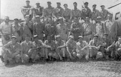 Групповой снимок летчиков оснащенной «Тандерджетами» 8-й истребительно-бомбардировочной эскадрильи «Black Sheep», которой командовал подполковник Джон Б. Хольт. Выпускник Вест-Пойнта 1949г. 1-й лейтенант Дольфин Д. Овертоуп (второй ряд, крайний справа) выполнил в Корее 102 боевых вылета на «Тандерджете» и еще 48 вылетов па «Сейбре». Перешедший в 16-ю истребительную эскадрилью 51-го авиакрыла подполковника Эдвина Хиллира, Овертоун стал 24-м «корейским» асом ВВС США 24 января 1953г.