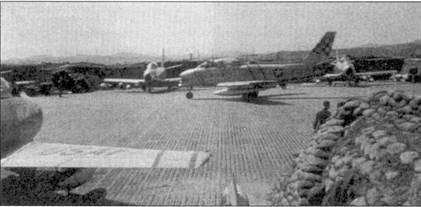 На снимке — один из двух «Сейбров» с надписью «HELL-ER BUST», на которых летал легендарный подполковник Эдвин Хиллер, командир 16-й истребительной эскадрильи 51-го авиакрыла. На носу самолета за. нетны две узкие полосы голубого цвета, указывающие на принадлежность истребителя командиру эскадрильи.