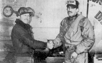 Снимок датирован 24 января 1953г. Капитан Овертоун жмет руку своему механику Уилбуру Котрону после своей пятой победы в воздушном бою. Фоном для снимка послужил «Сейбр» Овертоуна с надписями «DOLPH'S DEVIL» на левом борту и «ANGEL IN DISGUISE» на правом. Появление первой надписи инициировал летчик, второй — механик. «Сейбр» Овертоуна был одним из ранних F-86Е-I-NA с серийным номером 50-631.