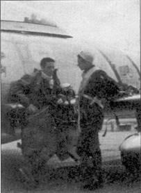 Капитанов Джозефа Мкконнелла и Гарольда Фишера фотограф подловил за беседой у «Сейбра» Фишера (F-86E 51-2753 «ВЕА UTIOUS BUTCH»), аэродром Сувон, начало 1953г. Оба аса служили в 39-й эскадрильи 51-го авиакрыла. Макконнелл был сбит над Желтым морем, но его спасли, к концу войны на счету аса числилось 16 побед в воздушных боях. Фишеру повезло меньше — он сбил 10 самолетов, прежде, чем ему самому пришлось воспользоваться катапультой севернее реки Ялу. После приземления Фишер попал в плен.