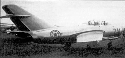 Первое появление реактивных истребителей МиГ-15 отмечено в ноябре 1950г., когда четверка таких самолетов атаковала американские «Мустанги». Вооруженный одной 37-мм и двумя 23-мм пушками МиГ превосходил по практическому потолку все истребители сил ООН, включая «Сейбр». МиГ-15 являлся грозным противником в воздушном бою. Первые МиГ-15 в небе Кореи пилотировали советские летчики. Самолеты базировались на аэродромах Манчжурии. Позже большое количество МиГ-15 поступило на вооружение ВВС Красного Китая, которые также использовали их в Корейской войне. На снимке — Миг-15 в стандартной окраске ВВС КНДР, корейцы стали летать на МиГ- 15 в самом конце войны.