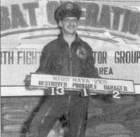 Капитан Мануэль Фернандес из 334- й эскадрильи позирует с табличкой, па которой отражены результаты его деятельности в небе Кореи. Надпись «MIGS HAVE YES» представляет собой корейскую фразу, написанную английскими буквами. Фразу можно перевести как: «Мы имели МиГи». Финальный боевой счет Фернандеса — 14,5 побед.