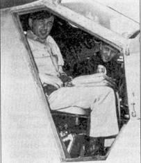 Главным конкурентом Фернандеса в борьбе за право называться самым результативным асом был капитан Джозеф М. Макконелл и з 39-й эскадрильи 51-го авиакрыла. На снимке Макконнелл уже занял место в кабине самолета L-20A «Бивир» командующего 5-й воздушной армией генерал- лейтенанта Баркуса. Самолет доставил аса из Сувона в Кимпо, откуда Макконнелл отбыл домой в Штаты. За несколько минут до того, как был сделан этот снимок Баркус обратился к летчикам с речью, в которой в частности сказал: «Я хочу, чтобы этот человек (лучший ас) прибыл в покинул Сувон пораньше и отправился домой в Штаты». Лучший ас, коим был Макконнелл не заставил себя упрашивать. Макконнел сбил в Корее 16 самолетов. Корейский «ас из асов» разбился на авиабазе Эдварс при испытаниях новой модели «Сейбра» (F-86H).