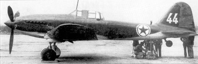 На снимке — штурмовик Ил-10, эти хорошо бронированные ударные самолеты советской конструкции появились на фронте на заключительном этапе Великой Отечественной войны. Значительное количество северокорейских боевых самолетов в первые дни конфликта сбили летчики американских истребителей «Твин Мустанг» и «Шутинг Стар». После того как фортуна повернулась спиной к коммунистам и силы ООН перешли в наступление, на северокорейских аэродромах было захвачено несколько исправных боевых самолетов, в числе которых имелись и три штурмовика Ил-10. Все три штурмовика отправили в Корнуэлльскую авиационную лабораторию, Буффало, шт. Нью-Йорк, и в летно-испытательный центр Райт-Паттерсон, штат Огайо.